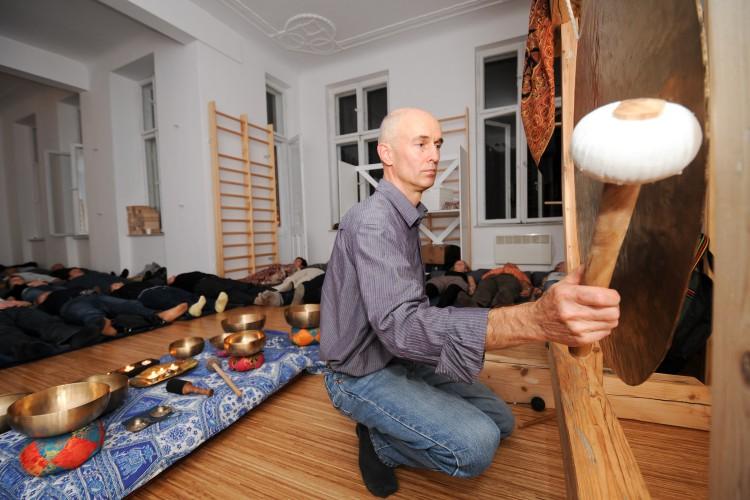 Aromaterapia to ogromna wiedza – rozmowa z naturopatą Jakubem Doroszem